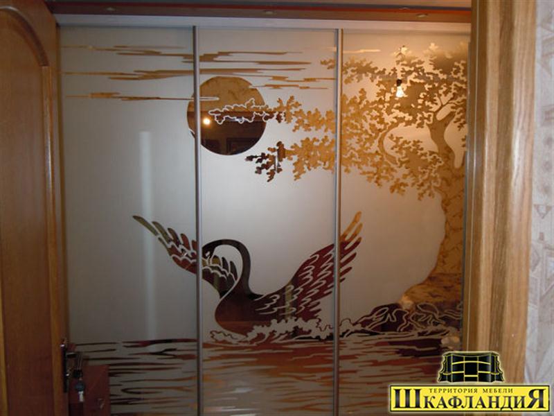 Шкафы-купе с рисунком лебеди.